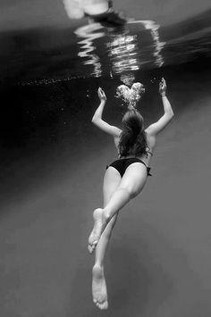 making a heart under water | photography black & white . Schwarz-Weiß-Fotografie . photographie noir et blanc |
