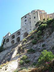 Le prime edificazioni significative sul castello furono costruite dal tiranno Gerone di Siracusa nel 474 a.C., occorso in aiuto dei Cumani contrapposti ai Tirreni. Contribuendo alla sconfitta di questi ultimi al largo delle acque di Lacco Ameno, i Cumani decisero di ricompensarlo cedendogli l'intera isola.