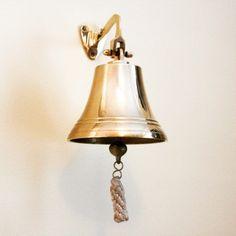 Mosiężny dzwon okrętowy, stylowy żeglarski dzwon pokładowy, mosiężny dzwon żeglarski - centralny element każdego statku, serce żaglowca, podstawowy element morskiego wystroju wnętrz, marynistyczna dekoracja, dźwięk żeglarskiego dzwonu, żeglarski styl, marynistyczne upominki, prezent dla Żeglarza,, sklep marynistyczny  http://sklep.marynistyka.org/dzwony-okretowe-c-5.html  http://marynistyka.eu