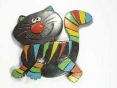 Plaque en céramique décorative en forme de chat de profil. Création personnelle. A suspendre sur un mur blanc, une porte ou une façade.  Chaton humoristique à grands yeux,  - 19112235