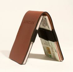 Slim Wallet by Aecraft is designed so that the user can instantly take out frequently-used cards without even having to open the wallet.