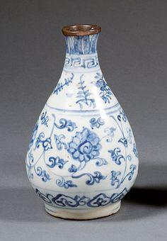 VASE BOUTEILLE en porcelaine et bleu de cobalt sous couverte, Chine, dynastie Ming, XVIe siècle