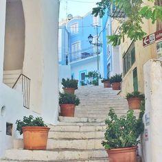 Ultimi giri fatti faccende chiuse e animi leggeri. Alla fine Ponza l'ho vista carinissima e coloratissima. Una nuova avventura in isola strana misteriosa e coloratissima. Grazie #ponza #ponzaisland #island #italy #trip #mistery #instapic #picoftheday #blue #color #sea  #trippy