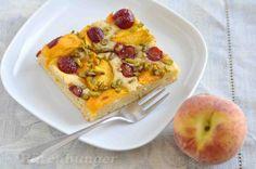 Buttermilchkuchen mit Pfirsichen und Kirschen