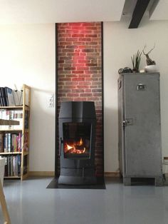 Poêle à buches - Mur briques anciennes (de Atelier Tresan) Small Gas Fireplace, Home Fireplace, Fireplace Design, Indoor Outdoor Fireplaces, Stove Heater, Built In Desk, Wood Burning, Sweet Home, Home Appliances