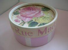 Cajitas circulares de cartón con aplicación de decoupage y pintura. <br /> Ideales para el cuarto de las nenas o de una adolescente.<br /> Muy románticas.<br /> Medida 6 cm de alto x 11 cm de diámetro.