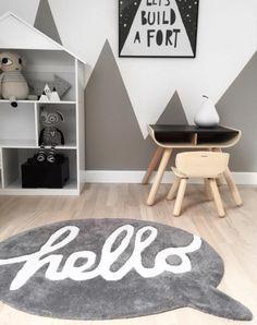 Habitación infantil con alfombra original en color gris con la palabra hello - Minimoi (@fromthebloch)