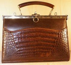 115abaac69d Tons marron   argenté Imitation cuir crocodile Intérieur tissu et coutures  marron Fermeture argentée avec petit