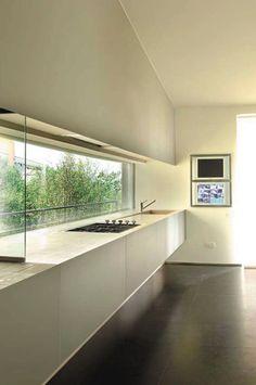 Il progetto interviene su una abitazione singola nell'entroterra del Garda con vista panoramica sul lago. Costruita negli anni '60 e completamente rivisitata per le nuove esigenze della committenza. La particolare posizione rispetto al lago ha determinato