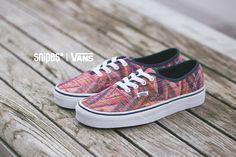 Der VANS Authentic ist ein echter Sneaker-Opa - aber auch den Evergreens stehen hin und wieder neue Klamotten. In dieser Woven Chevron-Ausführung bekommt der VANS Authentic ein gewebtes, kunterbuntes Upper spendiert, welches der Silhouette perfekt steht. Artikelnr.: 1101241 Sizerun: 36-40 Preis: 74,99 Euro #snipes #vans #vansauthentic #sneaker #snipesknows