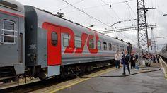 Wir sind bereits einige hundert Kilometer auf der Transsibirischen Eisenbahn, der wohl berühmtesten und mit über 9000 km die längste Strecke der Welt unterwegs. Unser Zug erhält gerade neue Wasservorräte in einem Unterwegsbahnhof.