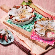 Rhabarber mit Mohnschaum überbacken (Foto: Mona Lorenz) Schaum, Camembert Cheese, Dairy, Food, Rhubarb Recipes, Souffle Dish, Food Portions, Easy Meals, Chef Recipes