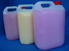 Τέλεια ιδέα; Ελάτε να φτιάξουμε μαλακτικό με τα χεράκια μας και να μοσχοβολήσουμε τα ρουχα μας! Θα χρειαστουμέ - 1 λίτρο νερό - Μισό λίτρο άσπρο ξύδι - 250 γρ. σόδα μαγειρικής - 20 σταγόνες αιθέριο έλαιο (γεράνι ή λεβάντα ή Homemade Cleaning Supplies, Diy Cleaning Products, Cleaning Hacks, Diy Furniture Wax, Homemade Detergent, Homemade Eye Cream, Diy Cleaners, Soap Making, Homemaking