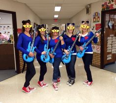 Kindergarten Teachers dressed like Pete the Cat on Halloween! So FUN!
