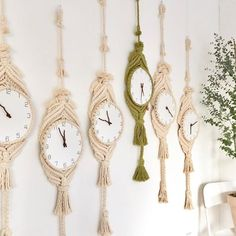 How cool are these macrame clocks! Macrame Design, Macrame Art, Macrame Projects, Macrame Knots, Yarn Crafts, Diy And Crafts, Arts And Crafts, Art Macramé, Crochet Hammock