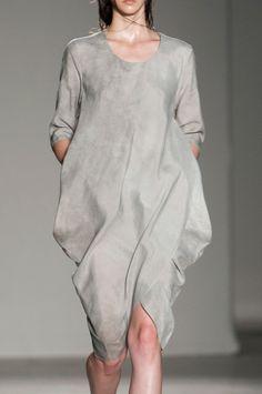 Uma Wang at Milan Fashion Week Spring 2014 - Details Runway Photos Grey Fashion, Minimal Fashion, Timeless Fashion, Lakme Fashion Week, Runway Fashion, Womens Fashion, Milan Fashion, Spring Summer Fashion, Spring 2014