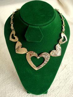 Collar de Corazones, elaborado en cobre tallado bañado en oro, montado en cuero. Rubén Riera - Otras piezas en: www.facebook.com/...