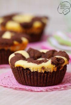Russischer Zupfkuchen als Muffin, also russische Zupfmuffins mit Schokoladen-Mürbeteig und Käsekuchen-Füllung, darauf knusprige Zupfen aus Schokomürbteig! Ein echter deutscher Klassiker neu interpretiert!