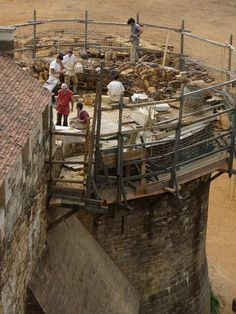 Guedelon, France-under construct ion. More than 8m³ of stone have already been quarried and then hoisted onto this tower since the beginning of the season!