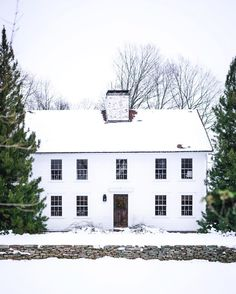 We are marveling at the idyllic - looks exactly like a dreamy snowglobe! Colonial House Exteriors, Stone Exterior Houses, Colonial Exterior, Modern Colonial, Exterior Front Doors, Exterior Paint, Saltbox Houses, Old Houses, Georgian Architecture