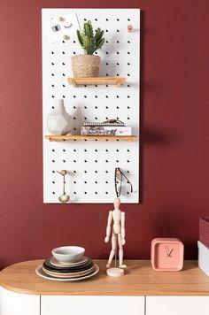 Haal de creatieveling in je naar boven met wandrek Bundy. Plaats hem horizontaal of verticaal en verplaats de bamboe sticks hoe jij ze het liefst ziet. Leg de plankjes op de mooiste plekjes en stijl het geheel af met magneten, haken en andere elementen die jij mooi vind. White Pegboard, Metal Pegboard, Pegboard Display, Pegboard Organization, Memo Boards, Floating Nightstand, Floating Shelves, Bamboo Shelf, Bois Diy