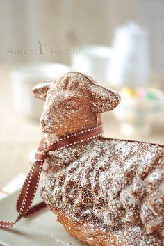 Dans beaucoup de pays mais aussi de régions de France, la tradition est de réaliser un gâteau en forme de mouton. Ma maman a toujours réalisé une babka en forme de mouton dans un moule en fer blanc. A début tout se passe bien puis avec le temps, le démoulage...