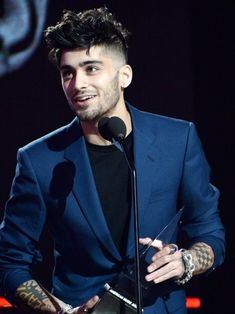 Singer Zayn Malik accepts the New Artist of the Year award onstage at. American Music Awards, Cabello Zayn Malik, Zayn Mallik, Zayn Malik Photos, Hair And Beard Styles, Hair Styles, Outfits Hombre, Trends, Beautiful Boys