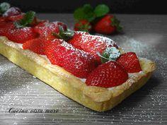 La crostata con panna cotta è un dessert delicato e fresco: un guscio di croccante pasta sucrée accoglie una morbida crema di panna cotta e frutta!