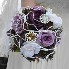 Svatební kytice Láska v zimě + korsáž Vdáváte se v zimě ? Pak je tohle kytice právě pro vás... Kulatá svatební kytice pro originální nevěstu v kombinaci fialových růží, šišek a bižuterních komponentů. Styl: přírodní svatba, zimní svatba, fialová svatba Velikost: cca 24 / 30 cm (šířka / výška) Materiál:  bižuterní komponenty, ozdobné komponenty Barvy: ...