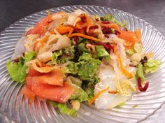 Ensalada de AHUMADOS: salmón, bacalao, manzana y lechuga.