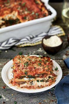 "This Vegan Spinach Mushroom Lasagna has 4 dreamy layers of savory marinara, creamy ""ricotta"", ribbonednoodles & sautéed veggies. via @veganhuggs"