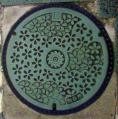 Cherry blossom motif manhole cover. 向日市 市の事業で桜並木の美しい街区を「さくらの径」と制定し道路整備を行ったことに伴い、町並みにマッチするデザインとして市の木「桜」をモチーフにしたもの。