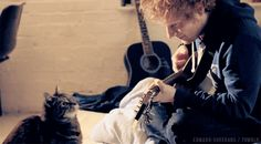 When he played a song to a cat and it was the cutest moment that has ever happened in the world. Ever. | 21 Times Ed Sheeran Was So Unbelievably Cute We Almost Couldn't Take It
