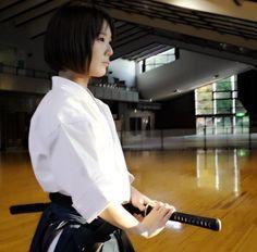 Mans dilemma - a beautiful adversary Ronin Samurai, Female Samurai, Samurai Art, Samurai Swords, Aikido, Geisha, Japanese Warrior, Japanese Sword, Sword Poses
