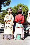 Gigantes de Zaragoza. El Chino y la Negra. Estas figuras representan África y Asia. El chino va vestido como un dignatario mandarín; lleva largos bigotes, usa pay-pay, recoge su pelo en una larga coleta y lleva un bonete en la cabeza. La Negra simboliza al continente africano. Son pervivencia de la vieja comparsa que representaba las cuatro partes del mundo.