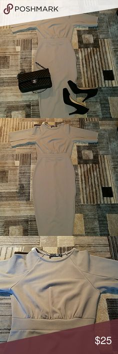 NWT Boohoo Split Sleeve Midi Dress NEW WITH TAGS!!! Boohoo Split Sleeve Midi Dress Size 6 Fits true to size Color: light grey Slight defect (see photo) otherwise in great condition Perfect for work! Boohoo Dresses Midi