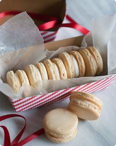 vanilla bean almond macarons from edwards {bake at Beginning to notice I may have a slight macaron obsession Yummy Treats, Sweet Treats, Yummy Food, Mini Muffins, French Macaroons, Almond Macaroons, Cookie Recipes, Dessert Recipes, Vanilla Macarons
