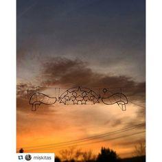 Luces de #Navidad  ante un #atardecer de #verano  en esta foto de @miskitas  #SienteGalicia  #felizNavidad #diciembre #20grados #asiDaGusto #arbo #pontevedra #sunset #solpor #atardecer #Galicia #GaliciaCalidade #GaliciaMola
