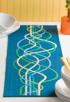 Woven Waves Table Runner: humble bias tapes are energized into a spiraling wave design filled with movement - not fond of the color but like the concept Table Runner And Placemats, Table Runner Pattern, Quilted Table Runners, Modern Table Runners, Quilting Tips, Quilting Projects, Quilting Designs, Machine Quilting, Quilt Design