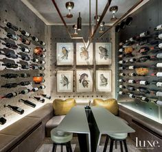 Modern Gray Wine Room. Bodega moderna iluminada tonos grises