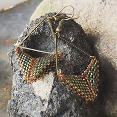 ❤️ Triangles in Green ❤️ #design #danishdesign #earrings #øreringe #vintagestyle #retrostyle #nordicdesign #green #miyuki #jewelry #smykker #unikdesignbybeamson