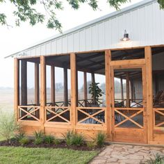 Fixer Upper: The All American Farmhouse - Modern Design Screened Porch Designs, Screened In Patio, Backyard Patio, Front Porch, Home Porch, House With Porch, Stommel Haus, Sunroom Decorating, American Farmhouse