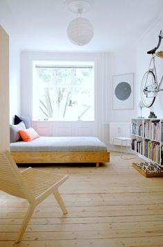 Chambre simple, blanc et bois: