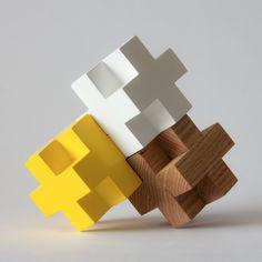 Pisapapeles en forma de Veta Mobiliario, hay en tres acabados diferentes: natural, laca amarilla y blanco.Disponible para entrega inmediata.