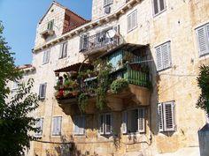 terasy květiny v nádobách - Hledat Googlem Vertical Storage, Gardens, Mansions, House Styles, City, Plants, Home Decor, Archive, Balcony