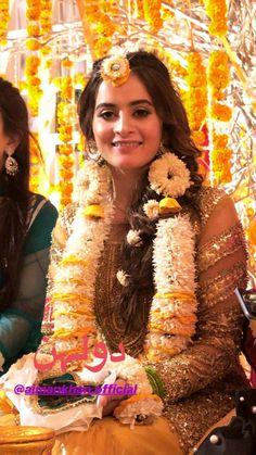 Loveeee😍 Pakistani Fashion Party Wear, Pakistani Wedding Outfits, Bridal Outfits, Pakistani Dresses, Nikkah Dress, Pakistani Clothing, Bollywood Fashion, Indian Fashion, Pakistani Mehndi