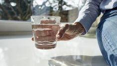 Így derítheted ki, hogy van-e negatív energia a lakásban. Megmutatjuk, hogyan tudsz megszabadulni tőle egy pohár víz segítségével - Kiskegyed Doterra, Feng Shui, Shot Glass, Wine Glass, Mason Jars, Beer, Mugs, Tableware, Health
