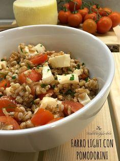 Il farro light con pomodorini è la ricetta perfetta per l'estate, se abbiamo voglia di mangiare qualcosa di fresco e saporito che però non ci impegni troppo
