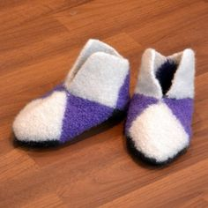 Oppskrift: firkanttøfler Slipper Socks, Slippers, Ann Louise, Knitting Patterns, Knit Crochet, Crochet Ideas, Baby, Fashion, Moda