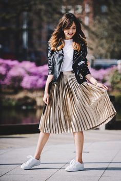 Metallic Skirt Outfit, Gold Pleated Skirt, Midi Skirt Outfit, Skirt Outfits, Pleated Skirts, Pleated Skirt Outfit Casual, Metallic Outfits, Casual Skirts, Women's Fashion Dresses